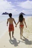 Couples marchant sur une plage d'Hawaï Images stock