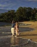 Couples marchant sur une plage de Maui Photographie stock