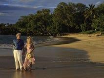 Couples marchant sur une plage de Maui Image libre de droits