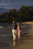 Couples marchant sur une plage de Maui Image stock