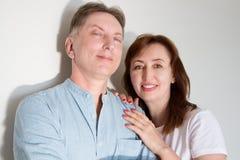 Couples mariés de Moyen Âge d'isolement sur le fond blanc Épouse étreignant le mari Famille de sourire avec les dents blanches sa photographie stock