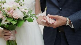 Couples mariés nouvellement jugeant des mains en gros plan banque de vidéos