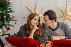 Couples mariés très beaux sur le lit dans la salle de nouvelle année photo libre de droits