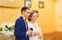 Couples, mari et épouse gais de nouveaux mariés à la réception de mariage Photo libre de droits
