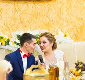 Couples, mari et épouse gais de nouveaux mariés à la réception de mariage Photographie stock libre de droits