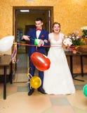 Couples, mari et épouse gais de nouveaux mariés à la réception de mariage Image libre de droits