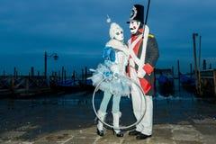 Couples masqués à l'aube Photo stock