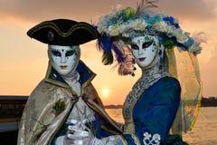 Couples masqués costumés bleus Image stock
