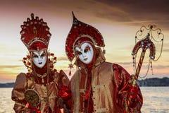 Couples masqués par rouge Images libres de droits