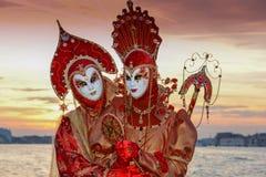 Couples masqués par rouge Photo stock