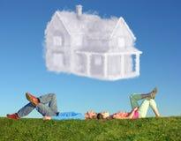 Couples menteur sur l'herbe et le collage de maison rêveuse Photos libres de droits