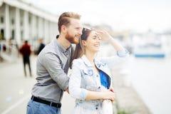 Couples mignons appréciant le temps passé ensemble dehors photographie stock libre de droits