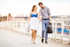 Couples mignons appréciant le temps passé ensemble dehors photographie stock