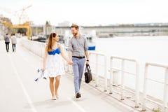 Couples mignons appréciant le temps passé ensemble dehors photos libres de droits