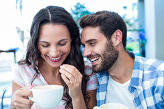 Couples mignons ayant le café ensemble Image libre de droits