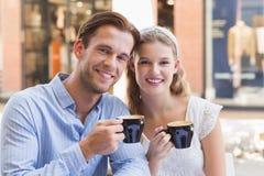 Couples mignons buvant d'un café ensemble Images libres de droits