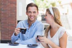 Couples mignons buvant d'un café ensemble Images stock
