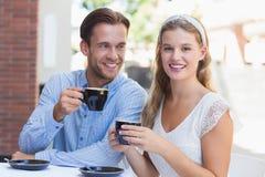 Couples mignons buvant d'un café ensemble Image libre de droits