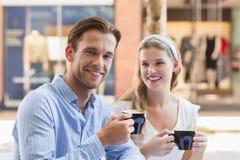Couples mignons buvant d'un café ensemble Photographie stock