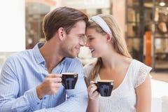 Couples mignons buvant d'un café ensemble Photos libres de droits