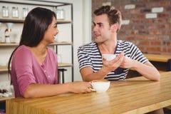 Couples mignons buvant d'un café ensemble Photographie stock libre de droits