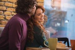 Couples mignons caressant avec amour dans le restaurant Images stock