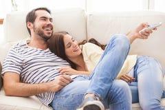 Couples mignons détendant sur le divan Images stock