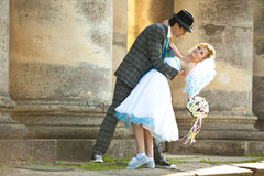 Couples mignons d'engagement sur les colonnes de fond Image libre de droits