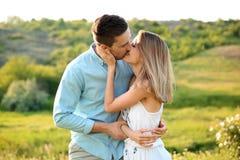 Couples mignons dans l'amour posant dehors le jour ensoleillé Images libres de droits
