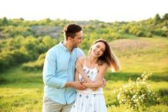 Couples mignons dans l'amour posant dehors le jour ensoleillé Images stock
