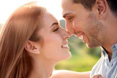 Couples mignons dans l'amour posant dehors le jour ensoleillé Photos libres de droits