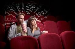Couples mignons dans le film de observation de cinéma Photographie stock