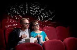 Couples mignons dans le film de observation de cinéma Images libres de droits
