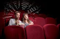 Couples mignons dans le film de observation de cinéma Photo libre de droits