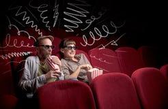 Couples mignons dans le film de observation de cinéma Image libre de droits