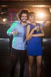 Couples mignons dansant ensemble sur la piste de danse tout en ayant la boisson Photographie stock libre de droits