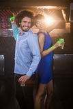 Couples mignons dansant ensemble sur la piste de danse tout en ayant la boisson Images libres de droits