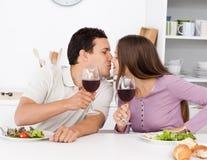 Couples mignons donnant un pain grillé tout en prenant le déjeuner Photographie stock libre de droits