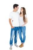 Couples mignons embrassant et regardant entre eux Image libre de droits
