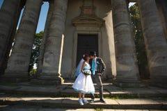 Couples mignons embrassant sur de belles colonnes de fond Photographie stock