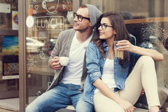 Couples mignons en dehors de café Photos stock