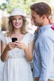 Couples mignons envoyant un message textuel Photo stock