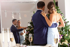 Couples mignons et jeunes décorant un arbre de Noël Images libres de droits