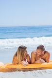 Couples mignons gais dans le maillot de bain détendant ensemble Photo stock