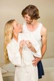 Couples mignons heureux de voir l'essai de grossesse positif photo libre de droits