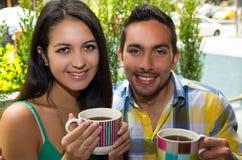 Couples mignons hispaniques appréciant le café pendant un confortable Photo libre de droits