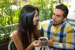 Couples mignons hispaniques appréciant le café pendant un confortable Images stock
