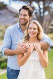 Couples mignons la date avec des bras autour Photos stock