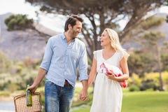 Couples mignons la date marchant en parc Photos libres de droits