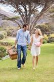 Couples mignons la date marchant en parc Photographie stock